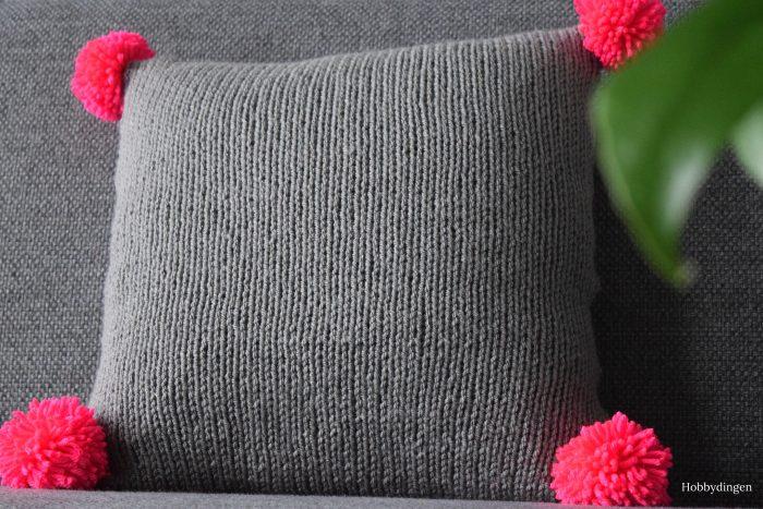The Neon Pink Pompom Pillow - Hobbydingen.com
