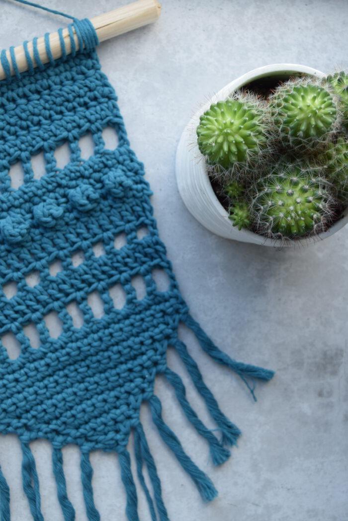 Gratis Haakpatroon Blauwe Wandhanger met verschillende haaksteken - Hobbydingen.com