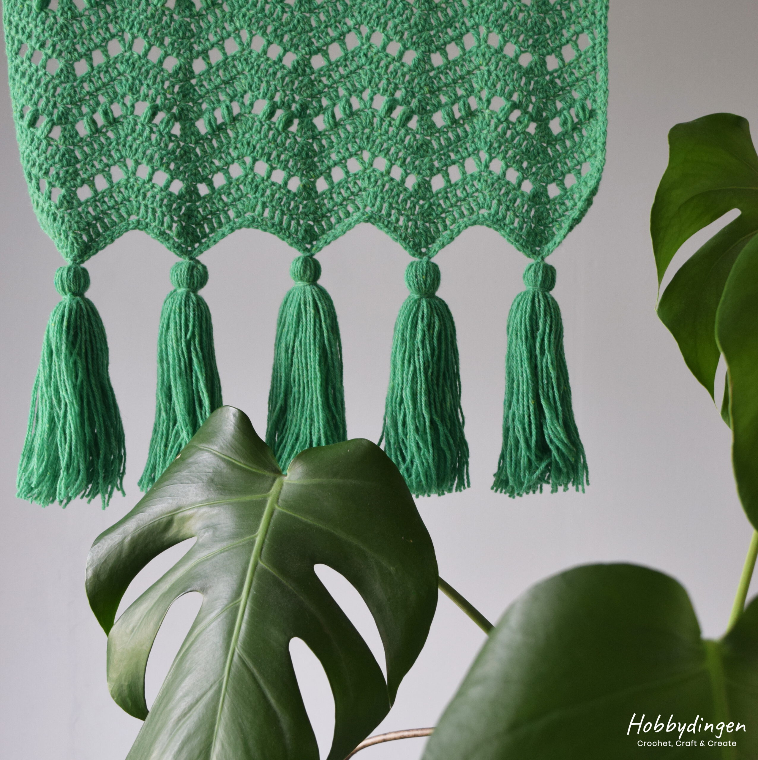 Crochet Pattern Chevron Wall Hanging With Tassels and different crochet stitches - Hobbydingen.com